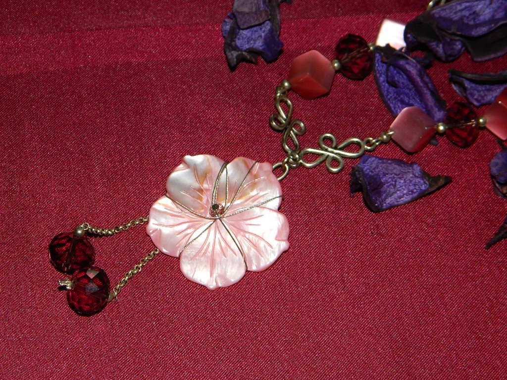 collana pietre vere fiore madreperlato